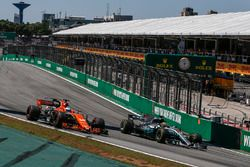 Fernando Alonso, McLaren MCL32 y Lewis Hamilton, Mercedes-Benz F1 W08