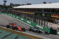 Fernando Alonso, McLaren MCL32 e Lewis Hamilton, Mercedes-Benz F1 W08 lottano per posizione