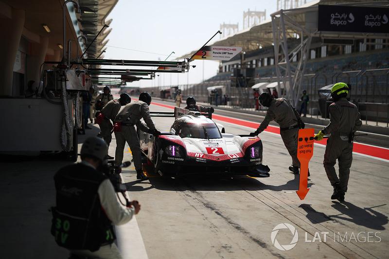 #2 Porsche Team Porsche 919 Hybrid: Timo Bernhard, Earl Bamber, Brendon Hartley en los pits