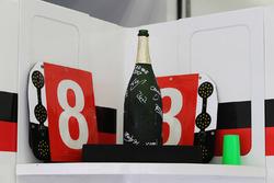 La bottiglia di Champagne dei vincitori della gara Sébastien Buemi, Anthony Davidson, Kazuki Nakajim