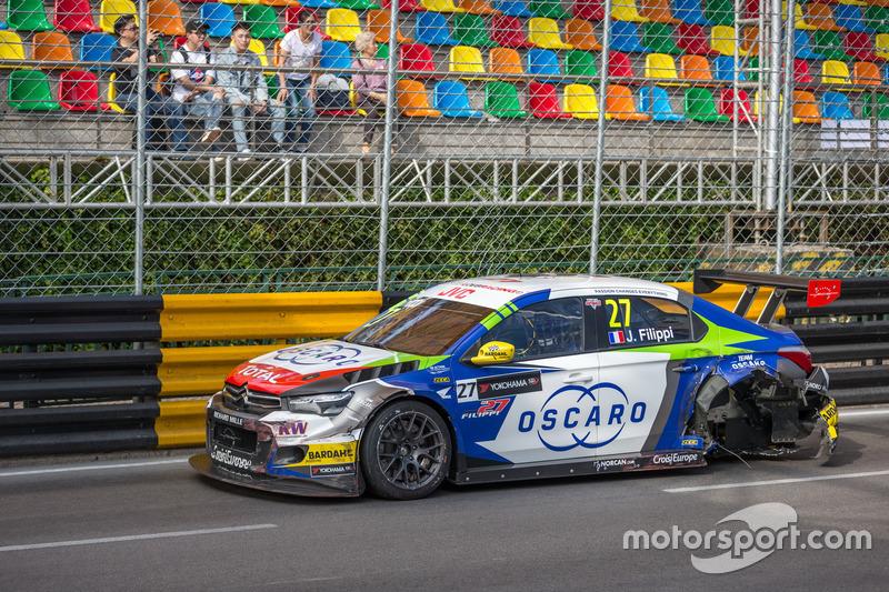 После аварии: Джон Филиппи, Sébastien Loeb Racing, Citroën C-Elysée WTCC