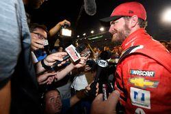 Dale Earnhardt Jr., Hendrick Motorsports Chevrolet tiene una fiesta con los miembros de su equipo