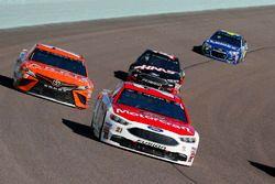 Ryan Blaney, Wood Brothers Racing Ford, Daniel Suárez, Joe Gibbs Racing Toyota