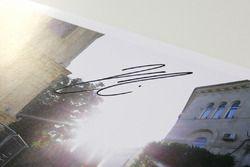 Autografo di Kmi Raikkonen, Ferrari, in palio per il GP Predictor del GP dell'Azerbaijan