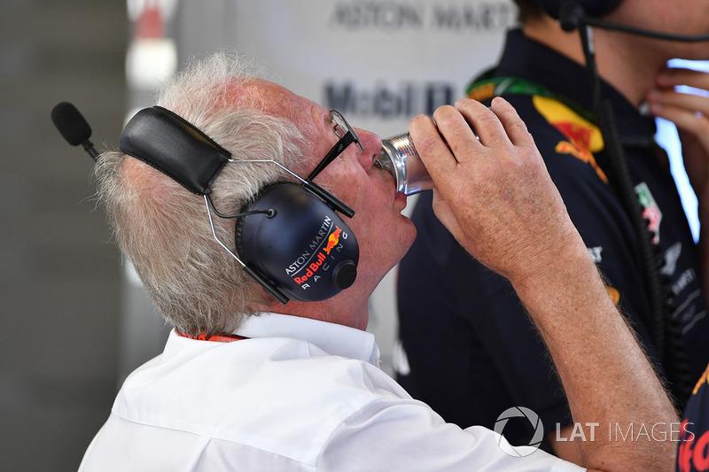 El Dr. Helmut Marko, consultor de Red Bull Motorsport bebe Red Bull