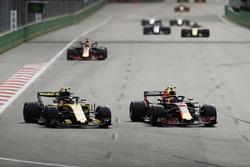 Max Verstappen, Red Bull Racing RB14 Tag Heuer, battles with Carlos Sainz Jr., Renault Sport F1 Team R.S. 18