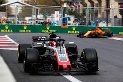 Kevin Magnussen, Haas F1 Team VF-18 Ferrari, Fernando Alonso, McLaren MCL33 Renault