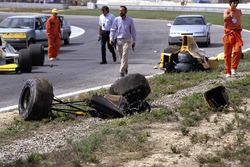 I resti della monoposto di Martin Donnelly, Team Lotus, dopo un tremendo incidente