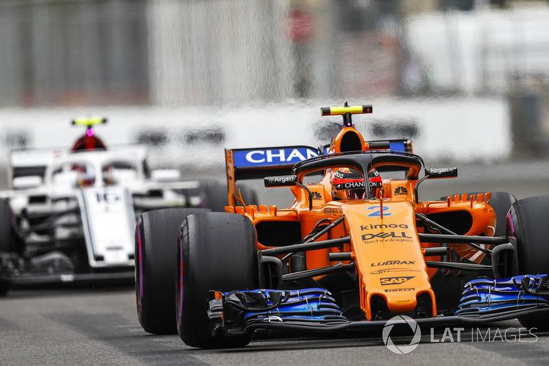Stoffel Vandoorne, McLaren MCL33 Renault y Charles Leclerc, Sauber C37 Ferrari