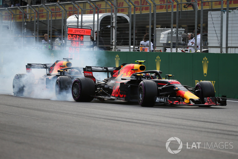 Choque de Max Verstappen, Red Bull Racing RB14 y Daniel Ricciardo, Red Bull Racing RB14