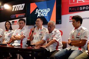 Sabrina Sameh, Executive General Manager PT Toyota-Astra Motor, Franciscus Soerjopranoto, Direktur Toyota Team Indonesia Memet Djumhana, Rio Haryanto, Haridarma Manoppo dan Demas Agil