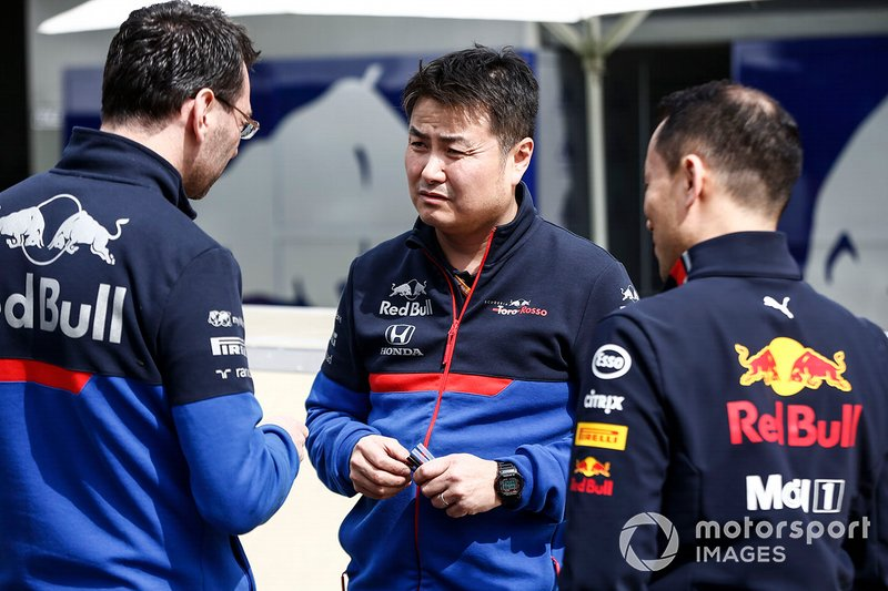 Персонал Red Bull Racing Honda и Toro Rosso Honda на пит-лейне