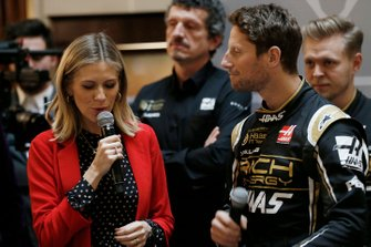 La présentatrice Nicki Shields et Romain Grosjean, Haas F1 Team