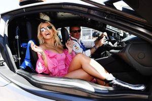 La cantante Rita Ora en un BMW i8 Safety Car con Alejandro Agag, CEO de Fórmula E