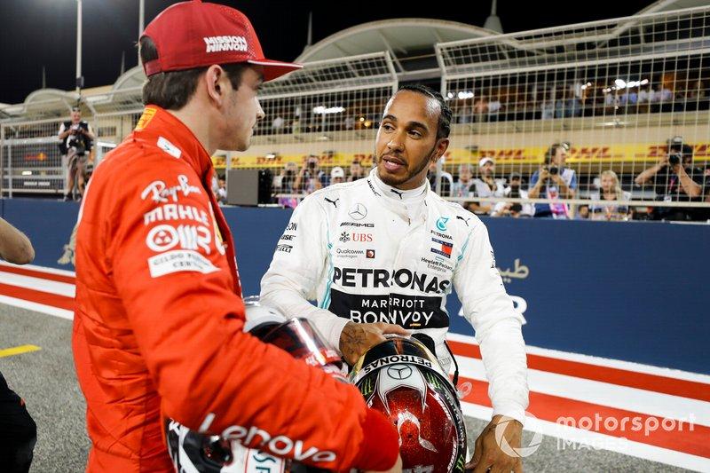 Charles Leclerc, Ferrari celebra la pole position en Parc Ferme con Lewis Hamilton, Mercedes AMG F1