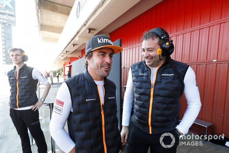 Fernando Alonso passeia pelo paddock de Barcelona