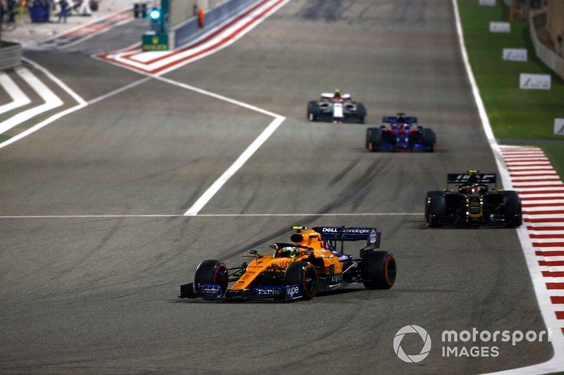 Ландо Норріс, McLaren MCL34, попереду суперників