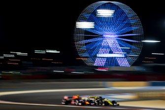 Nico Hulkenberg, Renault R.S. 19, passes Pierre Gasly, Red Bull Racing RB15
