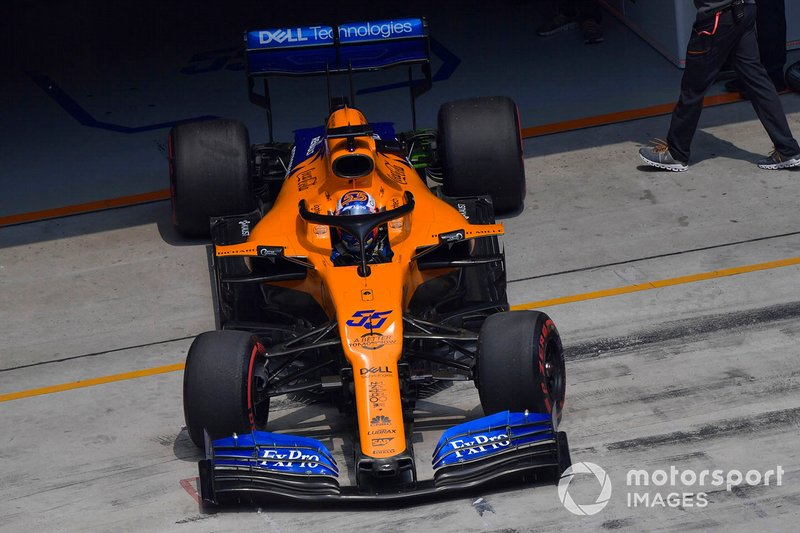 Carlos Sainz Jr., McLaren MCL34, quittant son garage