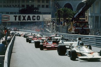 Denny Hulme, McLaren M23 Ford, leads Chris Amon, Tecno PA123B, and Wilson Fittipaldi, Brabham BT42 Ford, at the start