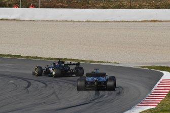 Кевин Магнуссен, Haas F1 Team VF-19, и Валттери Боттас, Mercedes AMG F1 W10