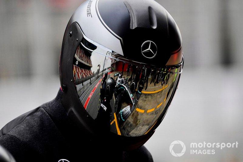 Il pit stop di Valtteri Bottas, Mercedes AMG F1 W10 riflesso nella visiera di un meccanico
