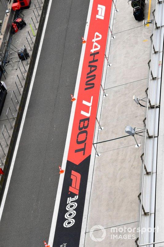 Logo 1000esima gara in pit lane