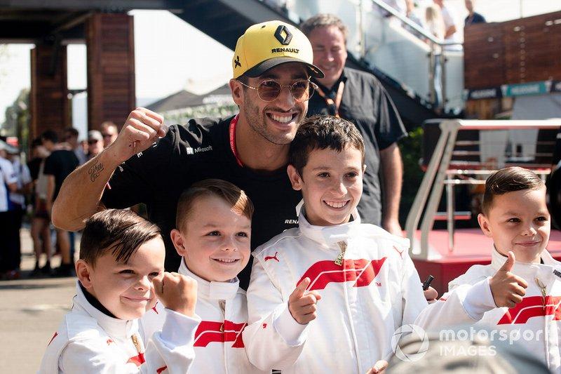 Daniel Ricciardo, Renault, with some Grid Kids