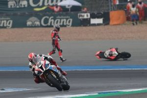 Tom Sykes, BMW Motorrad WorldSBK Team, Chaz Davies, Aruba.it Racing-Ducati Team crashes