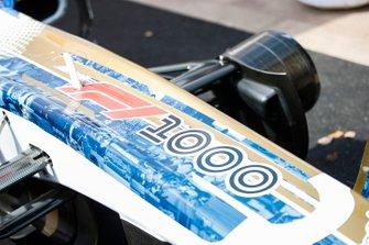 لافتة 1000 سباق للفورمولا 1