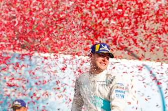Stoffel Vandoorne, HWA Racelab, terzo, spruzza lo champagne sul podio