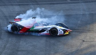 Lucas Di Grassi, Audi Sport ABT Schaeffler, Audi e-tron FE05 doing burnouts to celebrate his race victory