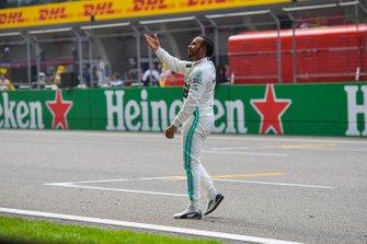 Lewis Hamilton, Mercedes AMG F1, fête sa victoire après la course