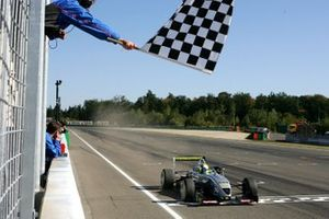 Ganador de la carrera Jamie Green, ASM F3 Dallara F3-03 Mercedes