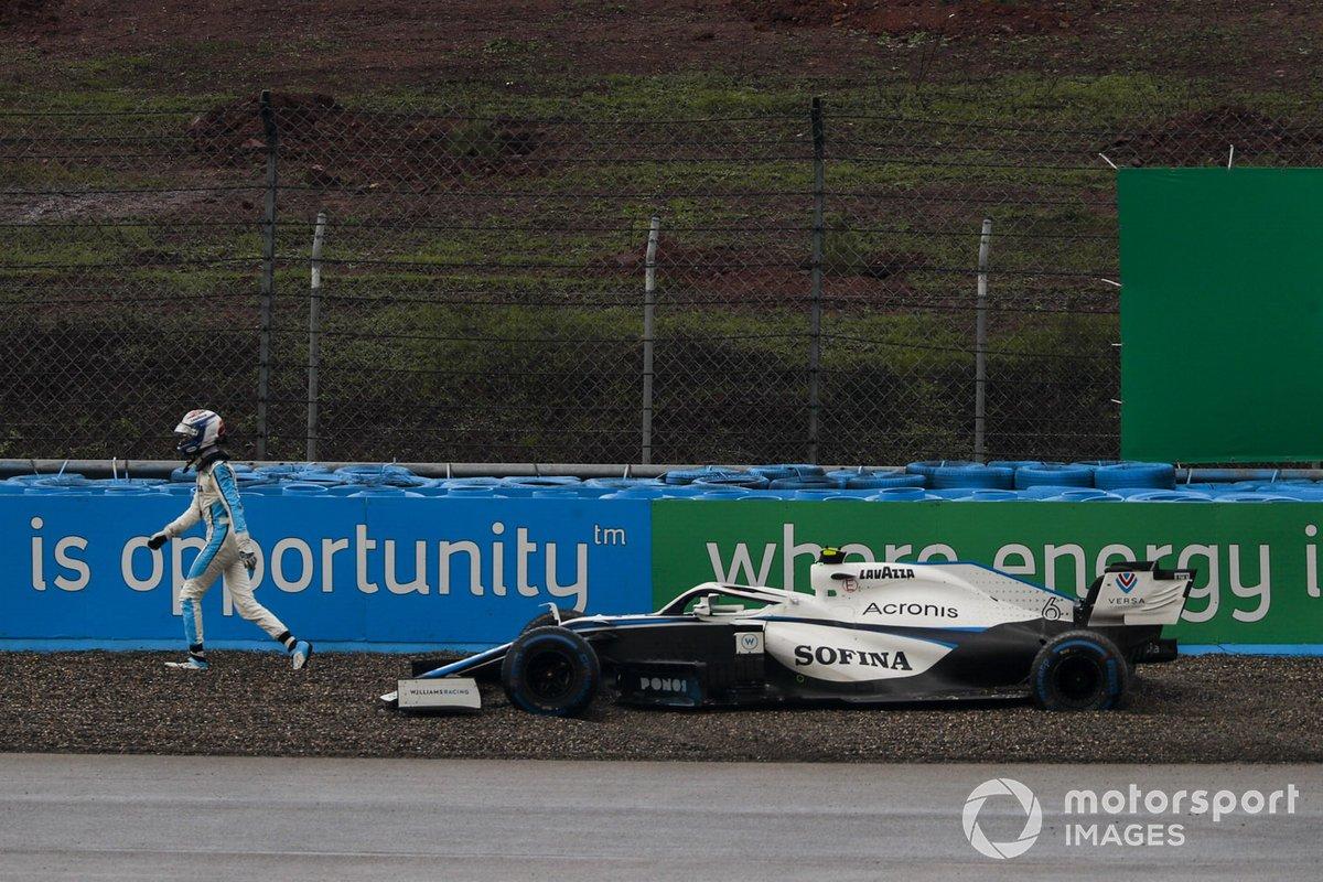 Nicholas Latifi, Williams Racing, se aleja de su monoplaza varado