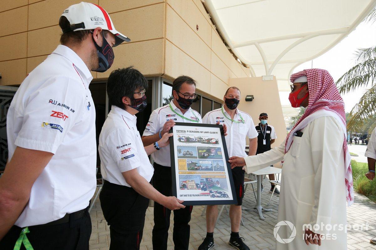 El equipo de carreras de Toyota Gazoo recibe un regalo de la pista