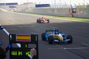 Fernando Alonso, Renault R26 vince davanti a Michael Schumacher, Ferrari 248 F1