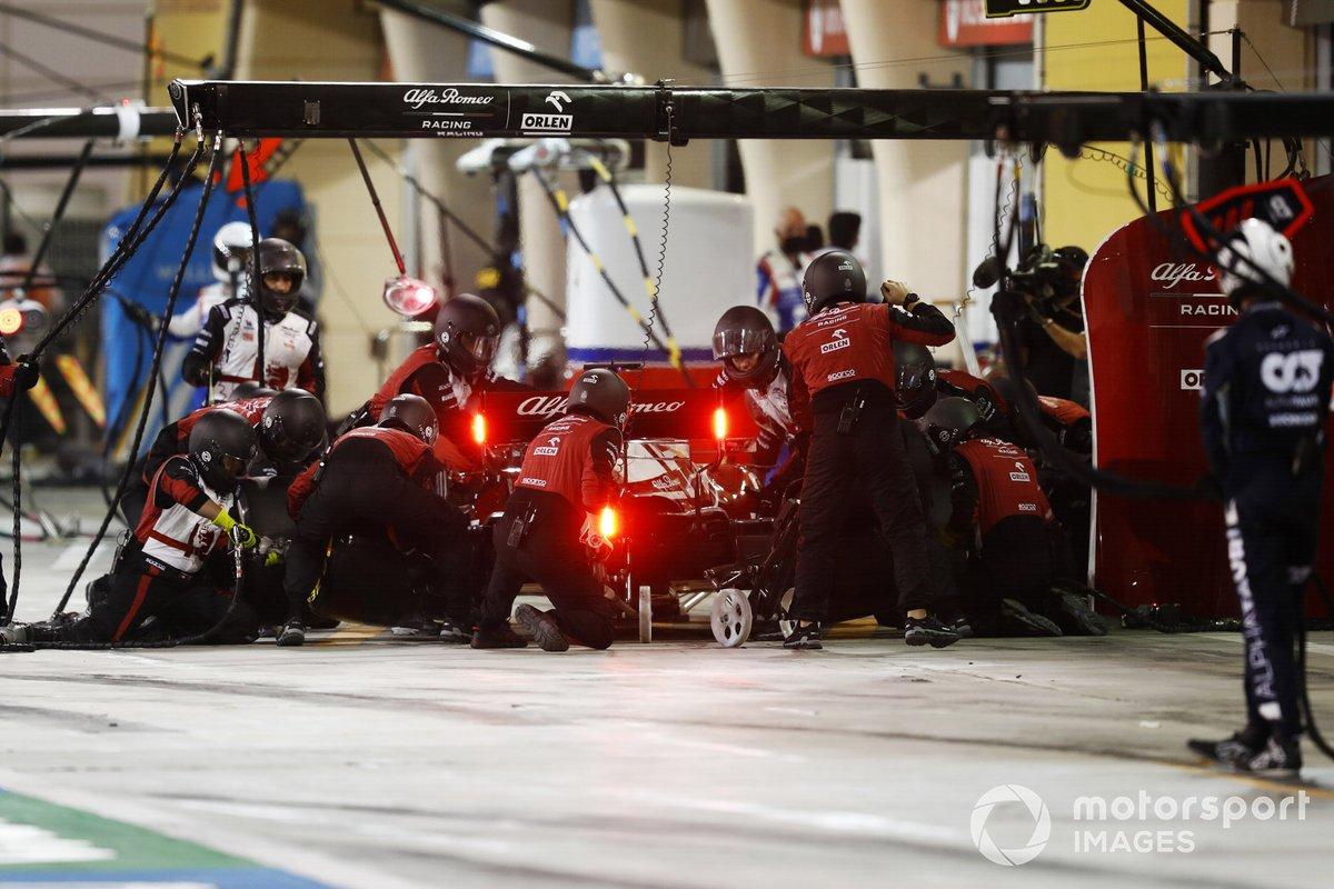 Kimi Raikkonen, Alfa Romeo Racing C41, ai box