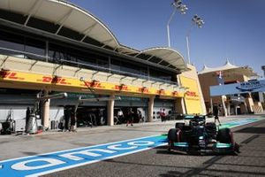Valtteri Bottas, Mercedes W12, quitte le garage