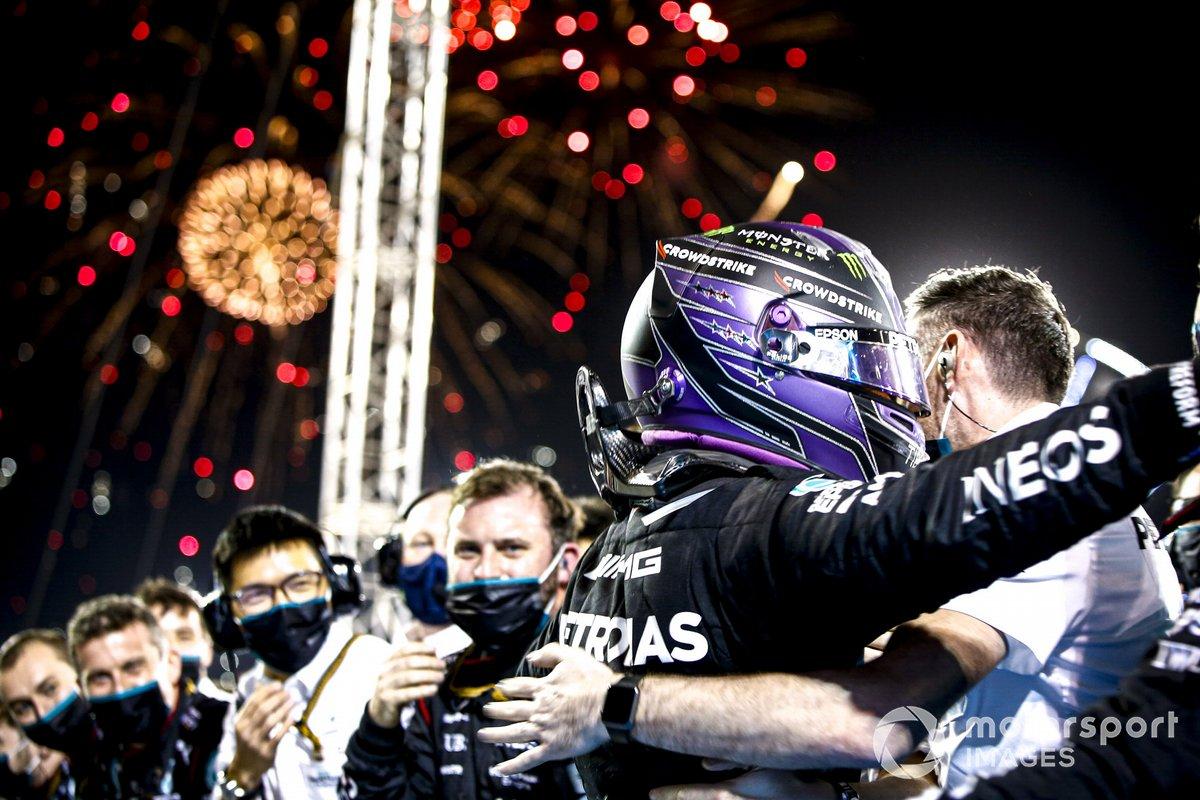 Lewis Hamilton, Mercedes, 1 ° posto, festeggia con la sua squadra nel Parc Ferme