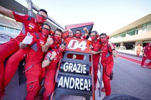 Des membres de l'équipe Ducati remercient Andrea Dovizioso, Ducati Team