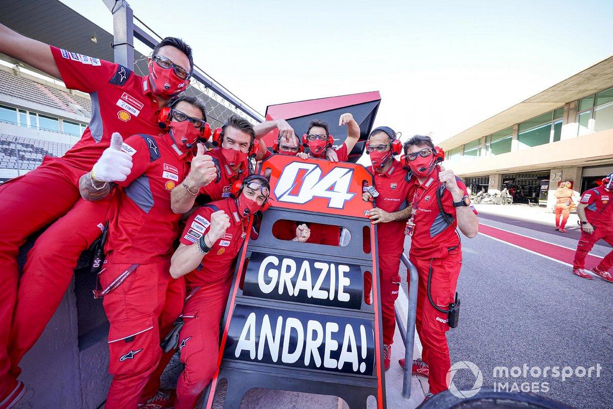 I membri del Ducati Team ringraziano Andrea Dovizioso, Ducati Team