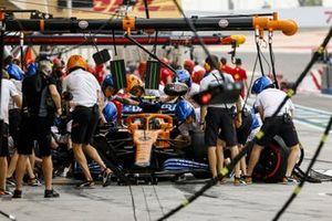 Lando Norris, McLaren MCL35, dans les stands