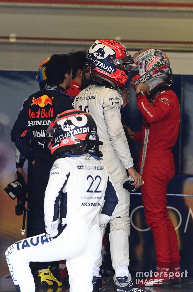Sergio Perez, Red Bull Racing, Pierre Gasly, AlphaTauri, Charles Leclerc, Ferrari, e Yuki Tsunoda, AlphaTauri, si pesano dopo la gara