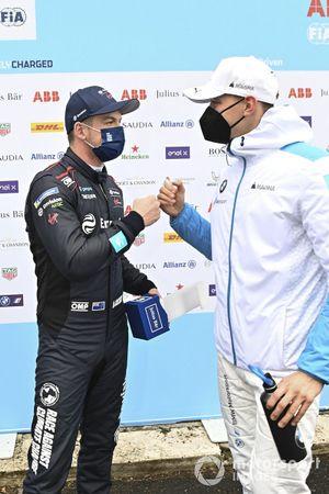 Pole, Nick Cassidy, Envision Virgin Racing, felicitado por Maximilian Gunther, BMW i Andretti Motorsport