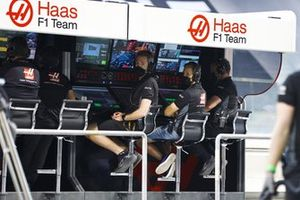 Mick Schumacher, Haas F1, and the Haas F1 team on the pit wall