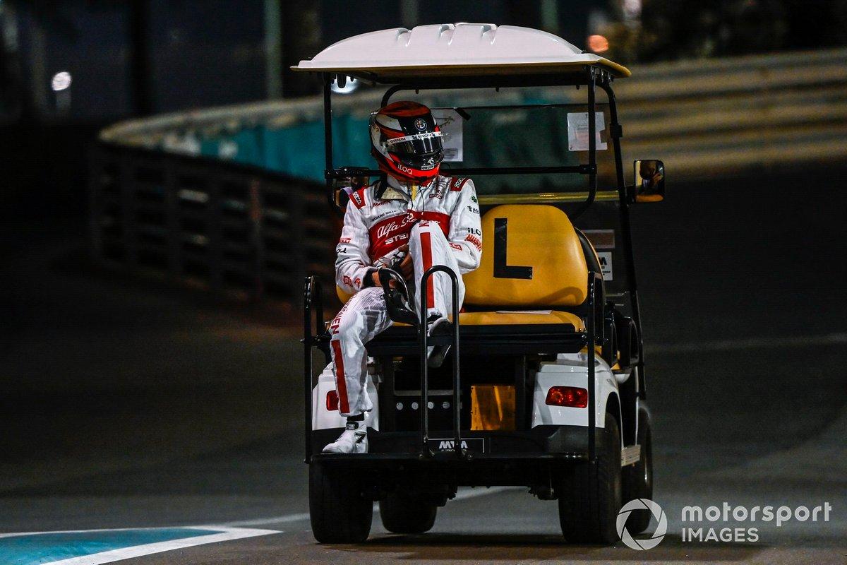 Kimi Raikkonen, Alfa Romeo Racing C39 es llevado a los pits después de que su monoplaza se incendiara