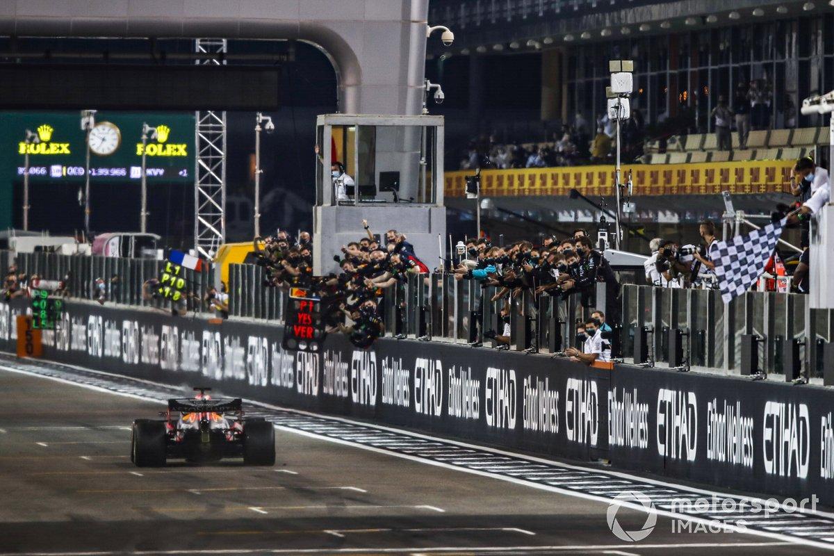 Ganador Max Verstappen, Red Bull Racing RB16, toma la bandera a cuadros