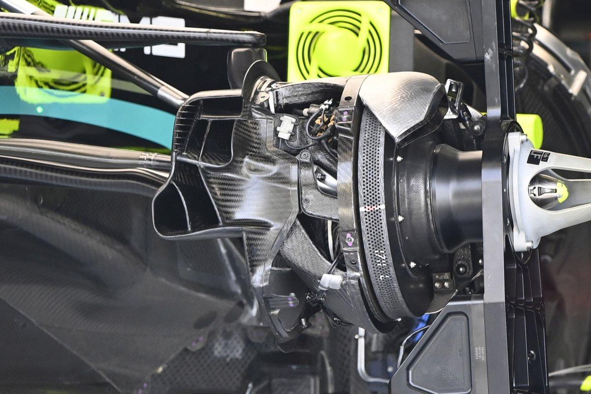 Mercedes W12: Vorderachs-Bremsschacht und Bremsscheibe