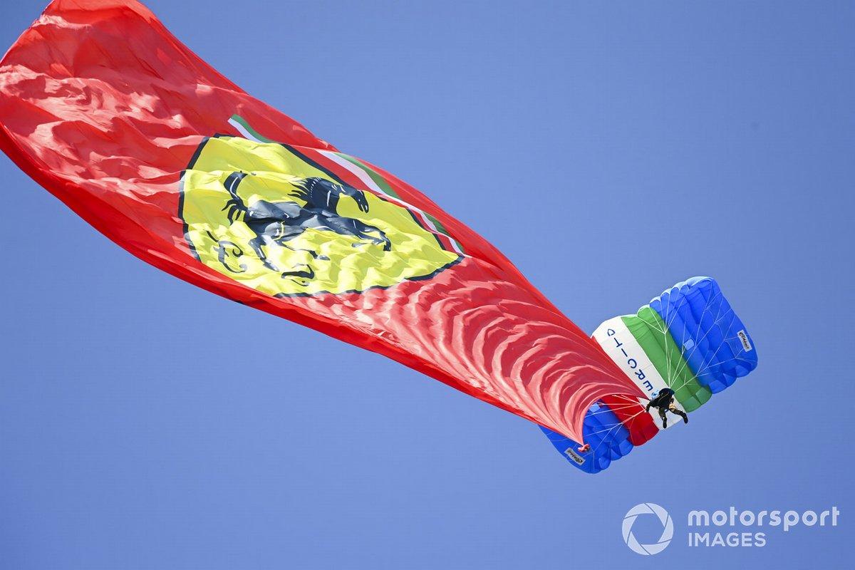 Una bandiera della Ferrari tenuta da un paracadutista